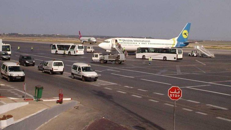 «Ничего не обещают. Говорят кто что…»: Около 300 украинцев застряло в аэропорту в Тунисе
