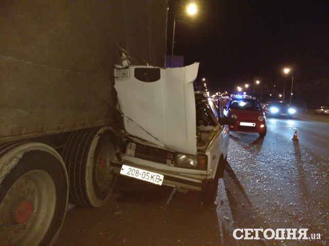 Крышу снесло полностью: В Киеве легковушка разбилась об фуру