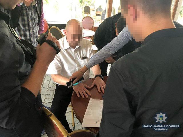 «Зарабатывал тысячи на больных»: На горячем поймали чиновника-взяточника