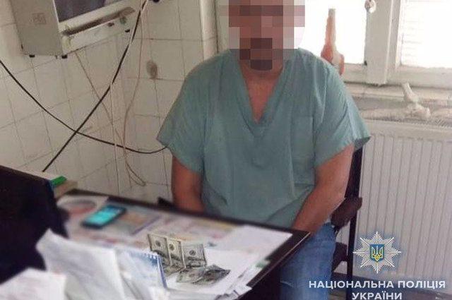 «Обещал помочь в присвоении группы инвалидности»: Врача-взяточника поймали на горячем