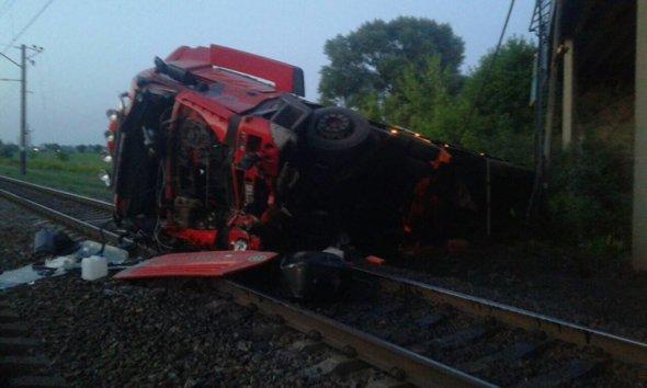 «Не справился с управлением и…»: Грузовик с моста упал на пути