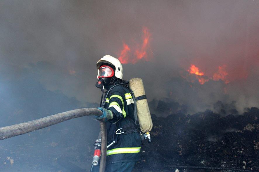 «Кровля могла обрушиться на людей»: Спасатели рисковали жизнью, чтобы потушить пожар