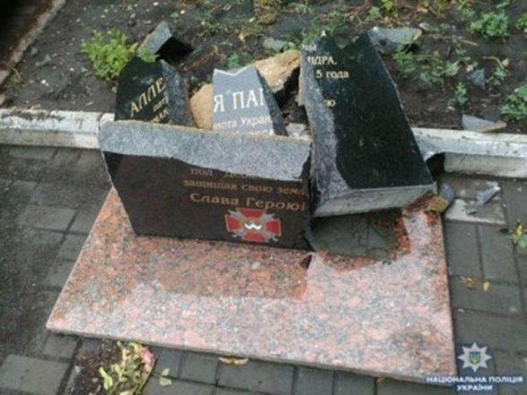 «Такого никто не ожидал»: Вандалы разбили памятник павшему воину АТО