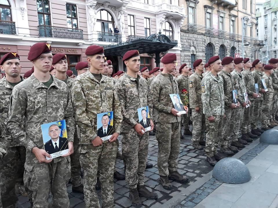 «С портретами погибших друзей и слезами на глазах»: Первые фото с трогательной встречи воинов во Львове