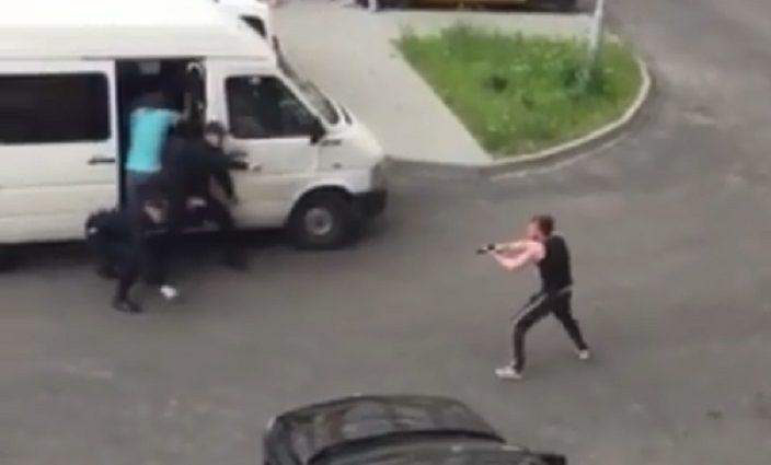 «Выхватил у полицейского пистолет и сбежал…»: В Сети появилось скандальное видео задержания украинскими полицейскими