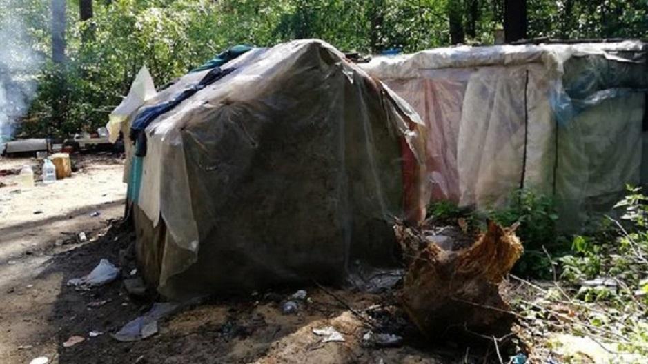 «С топорами и молотами»: В Киеве хулиганы вновь напали на лагерь ромов