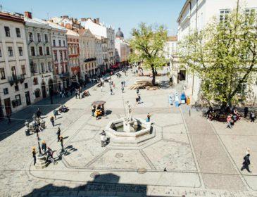 Не хуже, чем Playboy: Львовские девушки устроили откровенную фотосессию прямо на площади Рынок