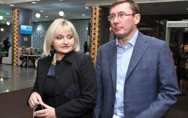 Ирина Луценко в рваных джинсах и сын в рыцарских доспехах. Сеть шокировал внешний вид семьи генпрокурора