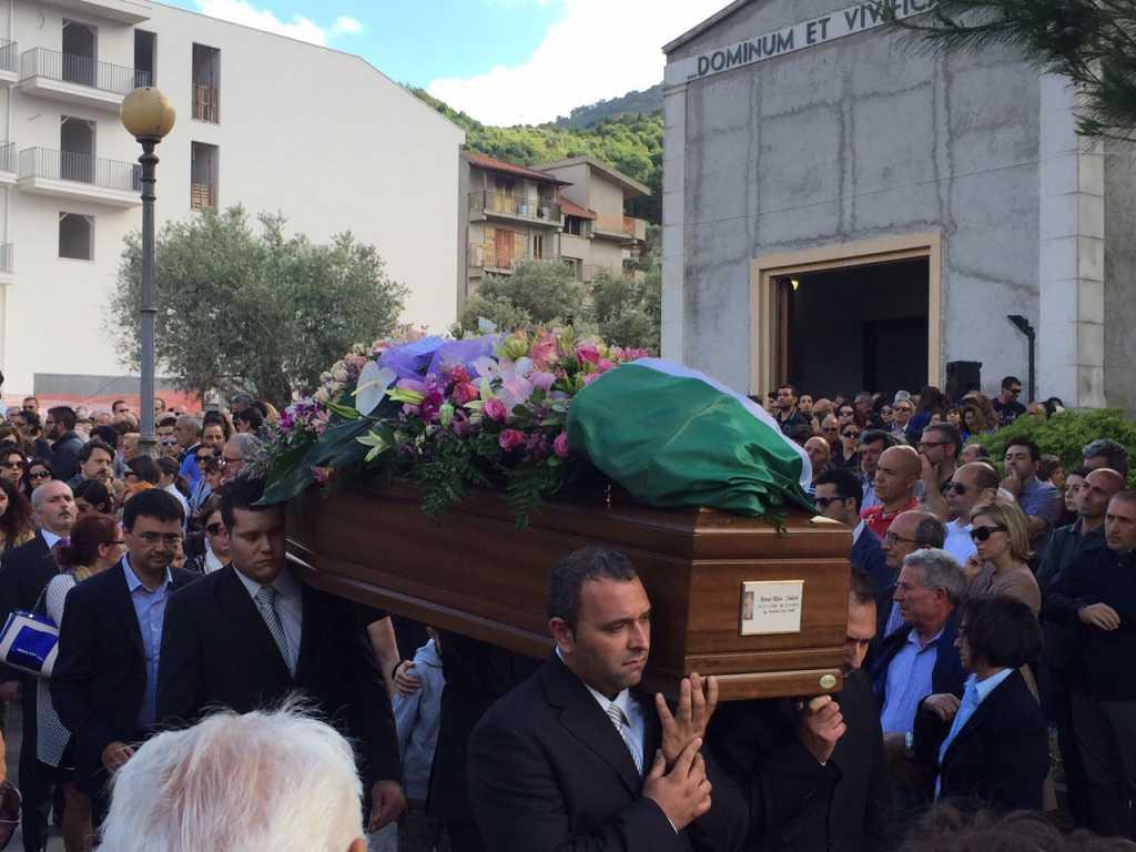 «Попытки спасти жизни ничего не дали»: Мужчину насмерть прибило гробом его матери