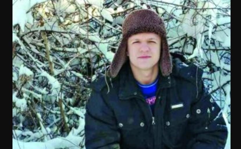 «Он висел лицом к толстой древесине на старой грязной веревке»: Загадочная смерть молодого парня, родители не верят в самоубийство