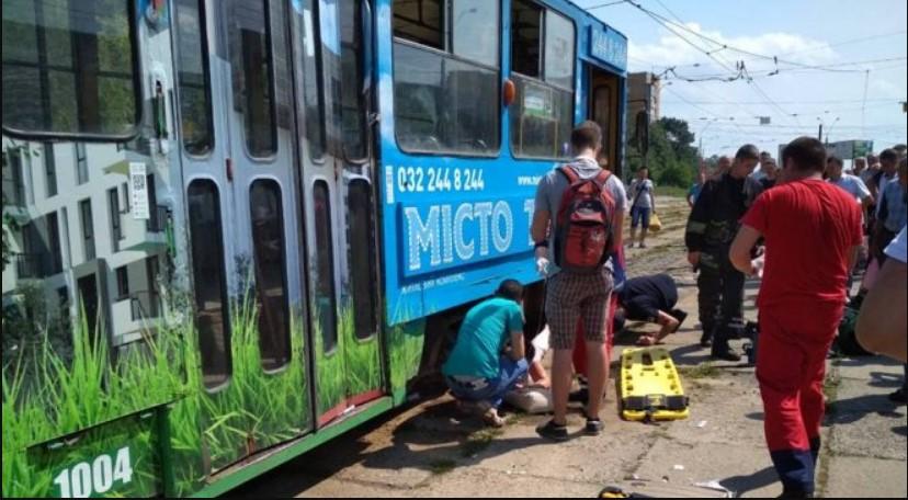 Во Львове трамвай «зажевал» женщину, пострадавшая осталась без ноги