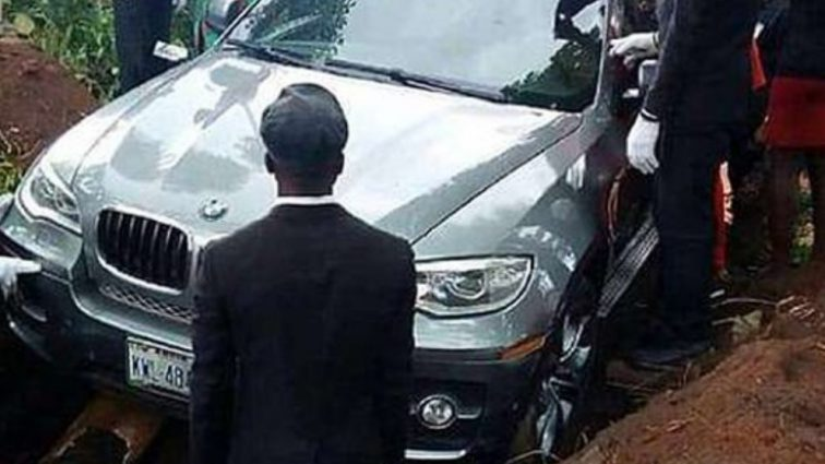 Роскошный автомобиль вместо гроба: Похороны этого человека ошеломили Сеть