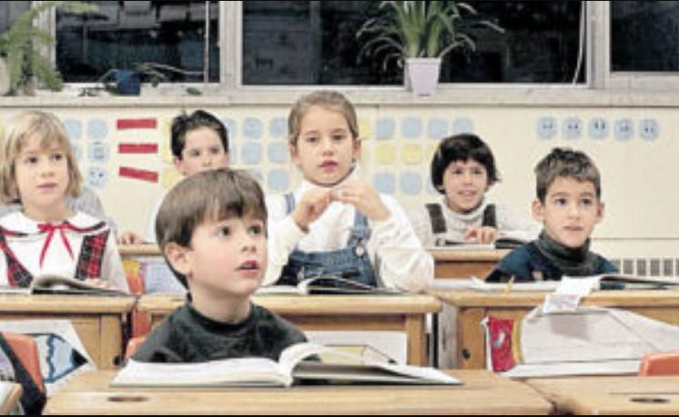 Пока женщина воплощала свои развратные фантазии, дети сняли ее на камеру: престарелая учительница затанцевала стриптиз на глазах у целого класса