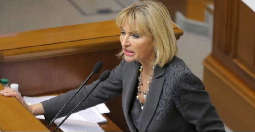 «С золотым гербом на груди»: Ирина Луценко появилась в Раде в пиджаке за 53 тыс. грн