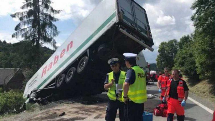 Жуткая ДТП в Польше: Автобус с детьми на высокой скорости влетел в грузовик, пострадали более 40 человек