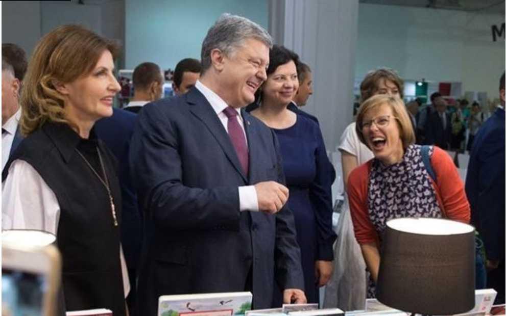 «Этот человек ассоциируется с конфетами»: Фотографию Петра Порошенко на «Художественном Арсенале» обсуждает вся Сеть