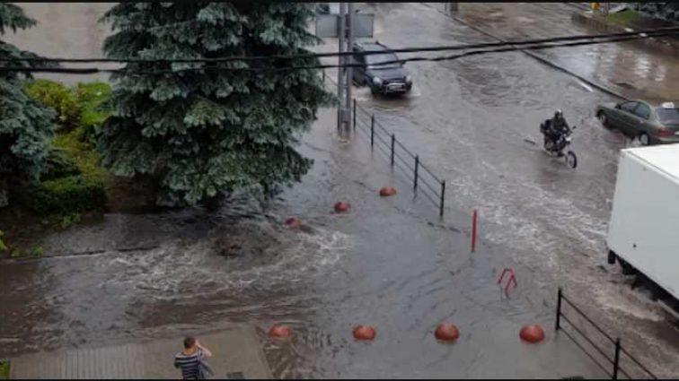 В западных областях бушует непогода: за 15-минутный ливень затопил несколько улиц Тернополя