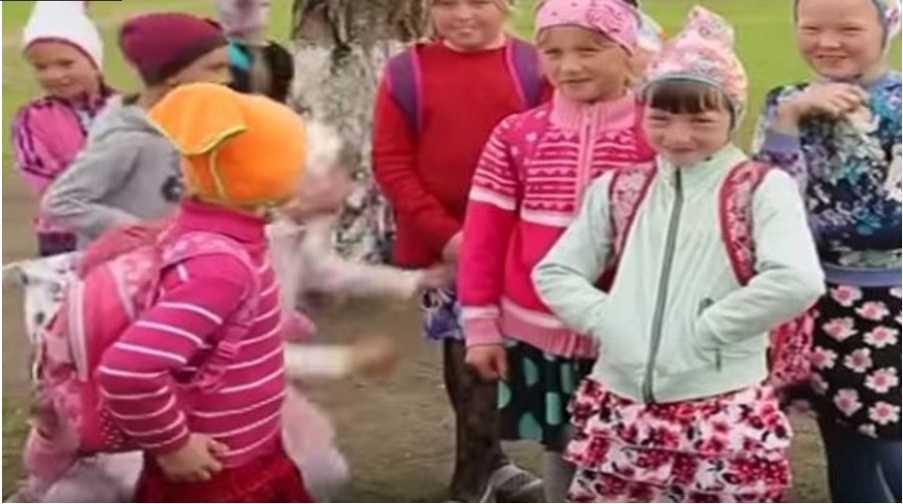 «Они не празднуют никаких праздников, а в семьях по 18 детей»: Как живет самая закрытая украинская община, котороя не использует блага цивилизации