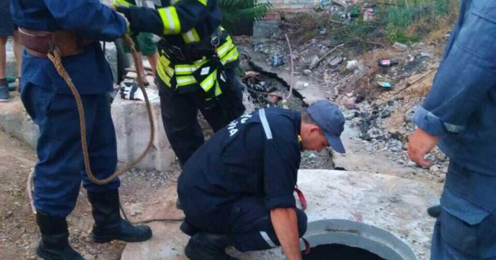 Мальчика из пропасти доставали спасатели: опрометчивое ребенок упал в 4-метровый колодец
