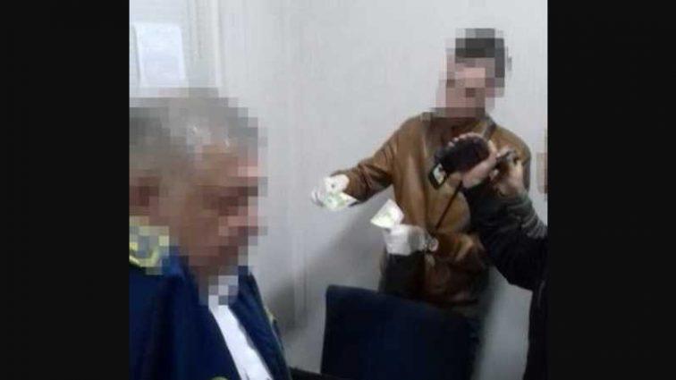 Задержали прямо на рабочем месте: Сотрудники Львовской таможни требовали 8 тыс. гривен взятки