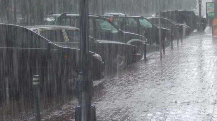 «Поплыли даже троллейбусы»: В результате жуткого ливня в Киеве затопило улицы