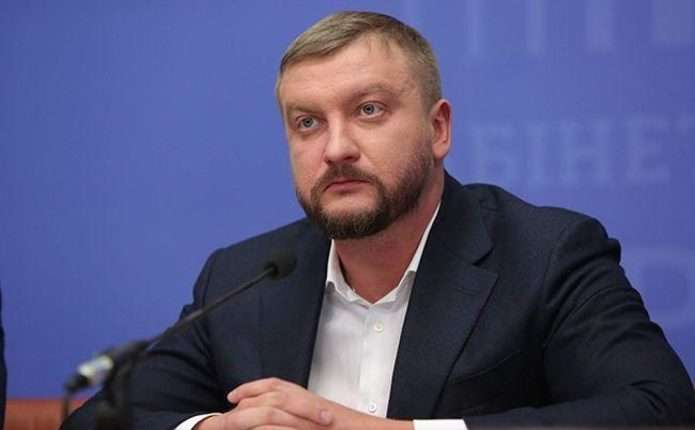 Рейдерские захваты и протекция Яценюка: Что известно о скандальных дела министра Петренко