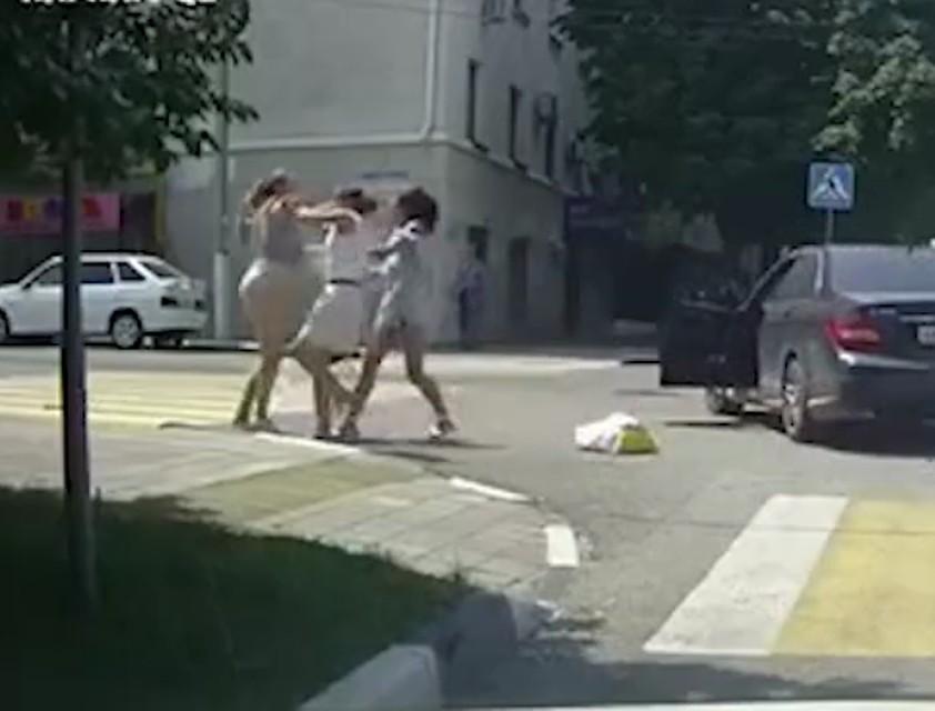 Посреди дороги схватила за волосы и раскрутила на 180 градусов: в Сети набирает обороты видео драки трех девушек: пешехода, водителя и пассажира