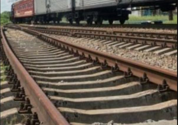 «Ехали на скутере, думали успеют»: Парень и девушка погибли под колесами поезда