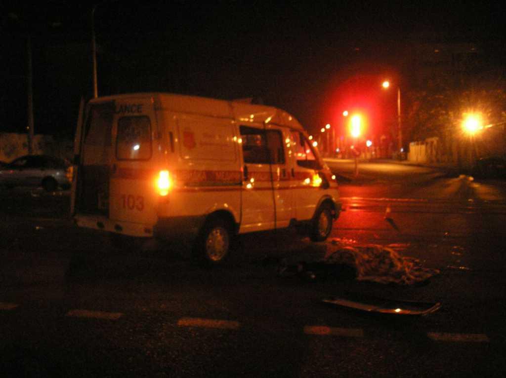 «Умер еще до приезда скорой»: Во Львове прямо на остановке застрелили мужчину