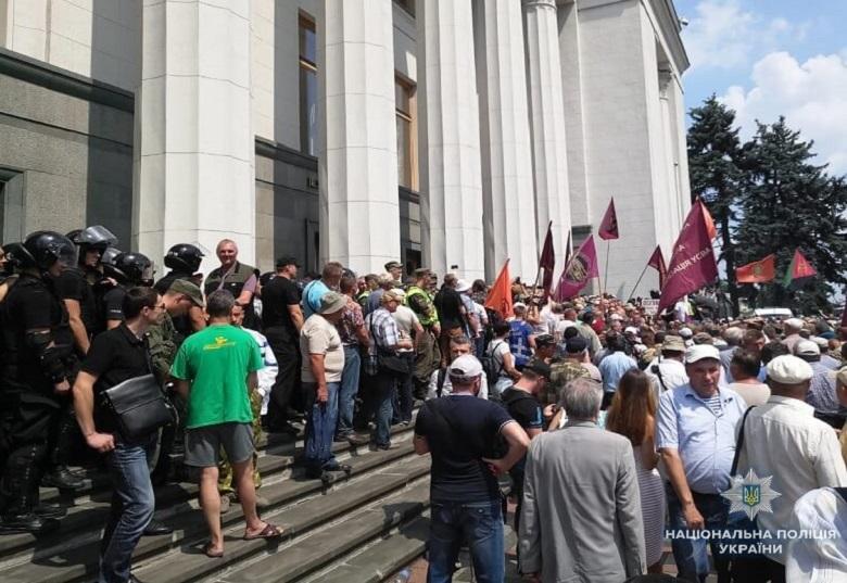 Столкновения под Верховной Радой: Появилась информация о первых жертвах и задержанных