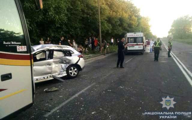 Запчасти разбросало по всей дороге: авто с журналистами попало в масштабное, смертельное ДТП