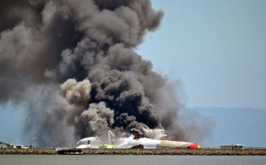 Превратился в пылающий костер: Недалеко от населенного пункта упал военный самолет