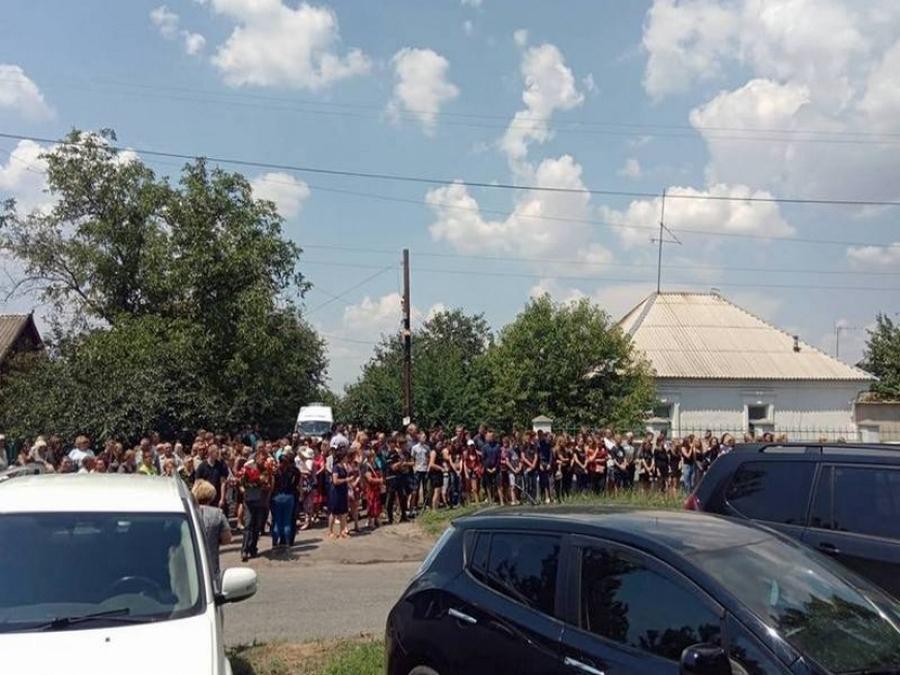 «Огромная потеря для нас всех …»: В Никополе, со слезами на глазах, похоронили 13-летнюю школьницу, жестоко убитую среди белого дня
