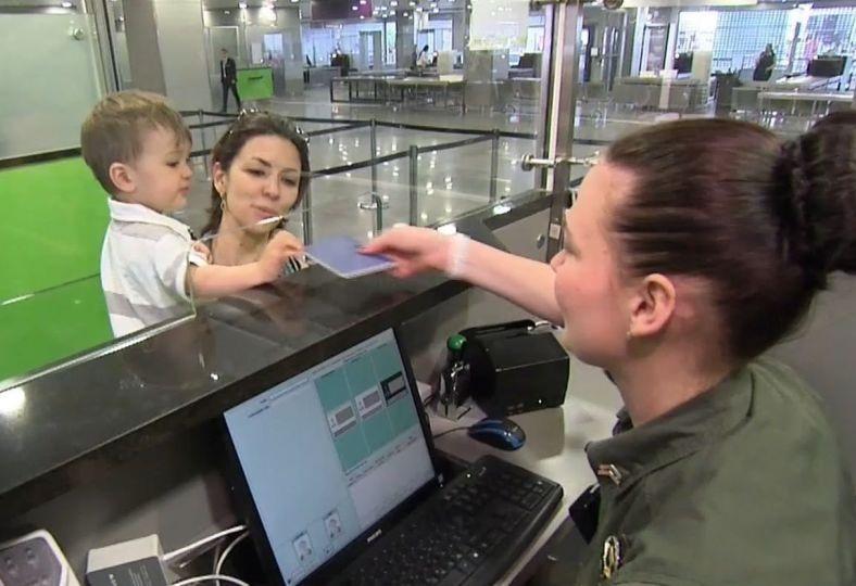 «По упрощенной процедуре»: В Украине ввели новые правила выезда детей за границу. Что нужно знать родителям