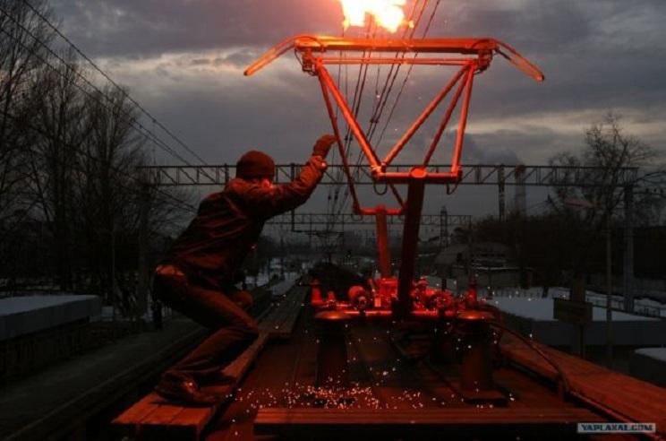 Страшная смерть во Львове: Молодого парня изжарило током на крыше поезда