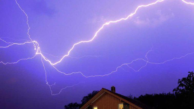 «Сидели в беседке»: В Винницкой области от удара молнии погибли два человека