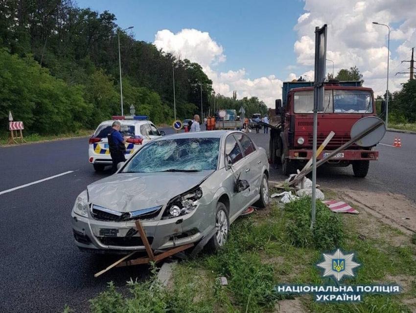 Страшное ДТП под Киевом: автомобиль въехал в бригаду дорожников