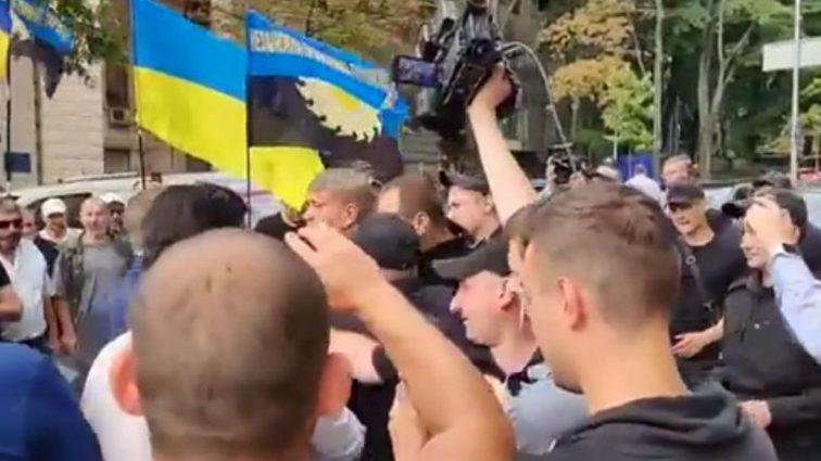Прямо в центре Киева: министр и нардеп устроили драку на глазах у активистов