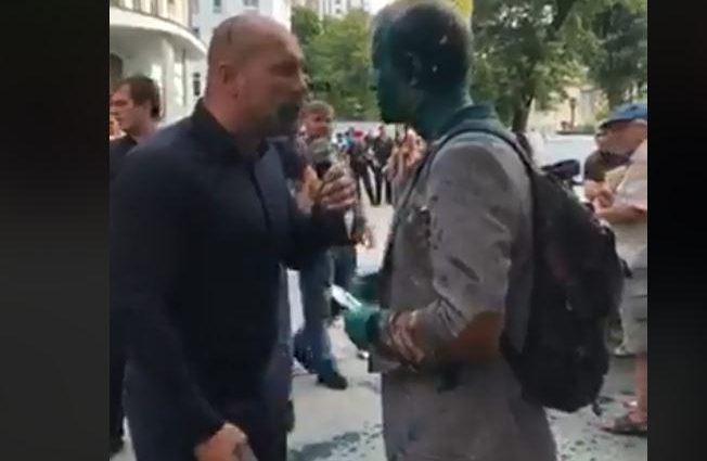«Облили зеленкой и забросали» рошеновскими «тортами»: Активисты набросились на Шабунина у здания САП (Видео)