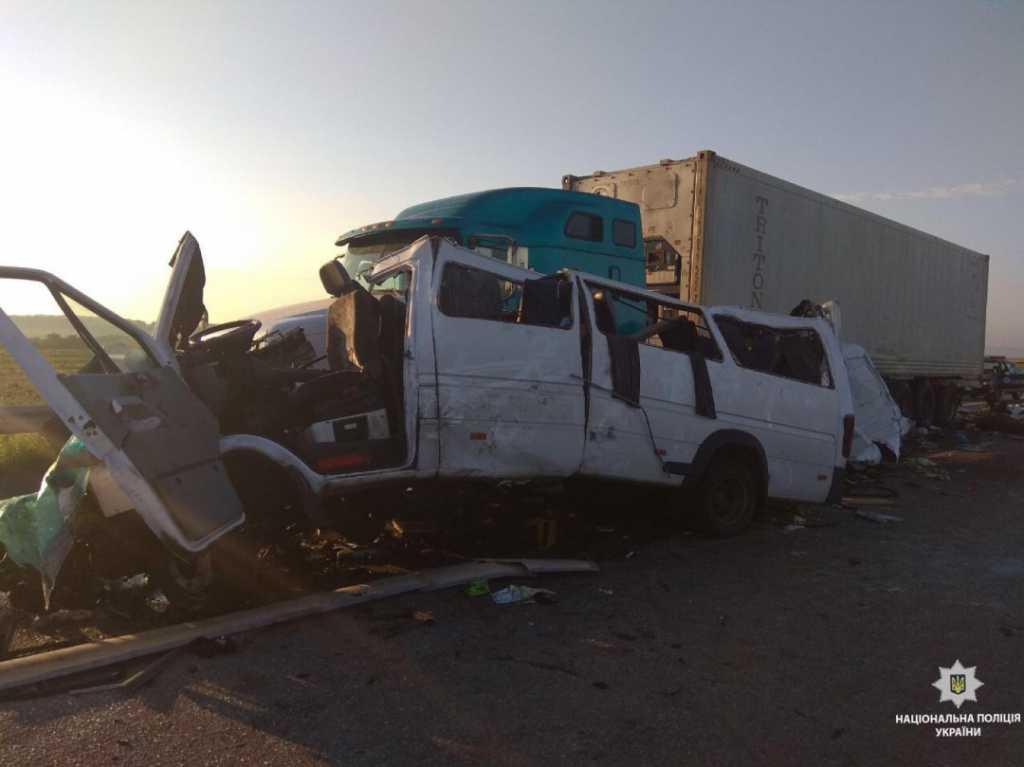 Жуткая ДТП на Николаевщине: Микроавтобус с иностранцами на большой скорости врезался в фуру, пятеро погибших