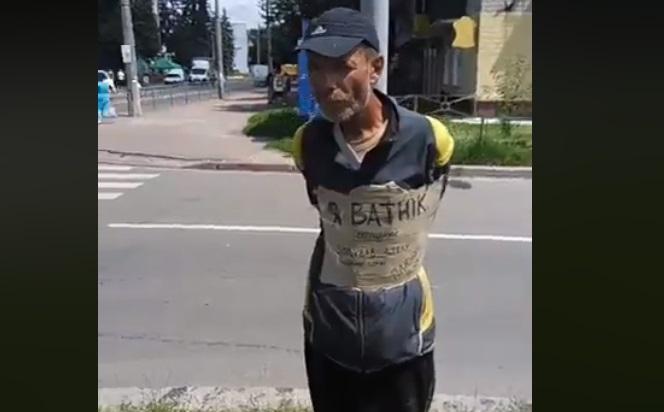 Прикрепили к нему табличку «Я ватник»: в Чернигове возмущенные люди привязали мужчину к стопа