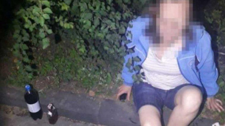 В Тернополе маленький мальчик едва не попал под колеса машины, пока его мать распивала спиртные напитки