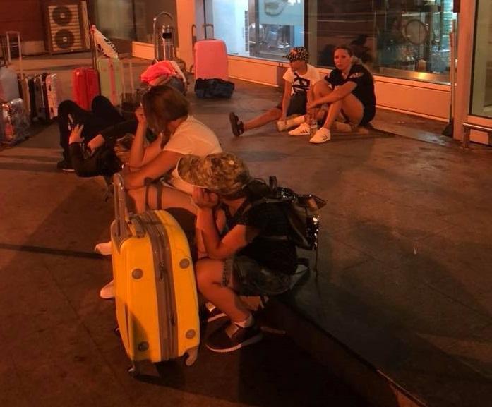 «Дети голодные вторые сутки, есть травмированные»: Еще одна группа украинцев застряла в аэропорту в Батуми