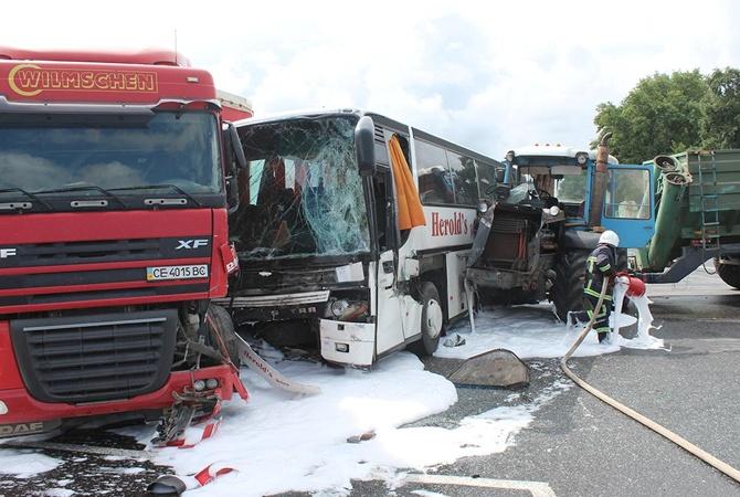 Жуткая ДТП под Хмельницким: Автобус и трактор на скорости столкнулся с грузовиком, есть жертвы