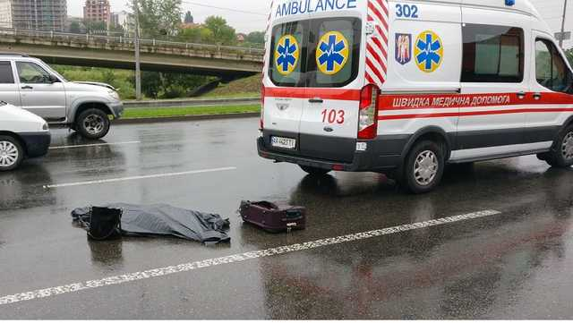 «С моста прыгнула»: В киеве автомобиль насмерть сбил девушку, которая бросилась под колеса