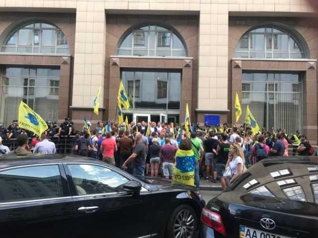 Верховная Рада заблокирована! «Евробляхеры» перекрыли все выходы для депутатов
