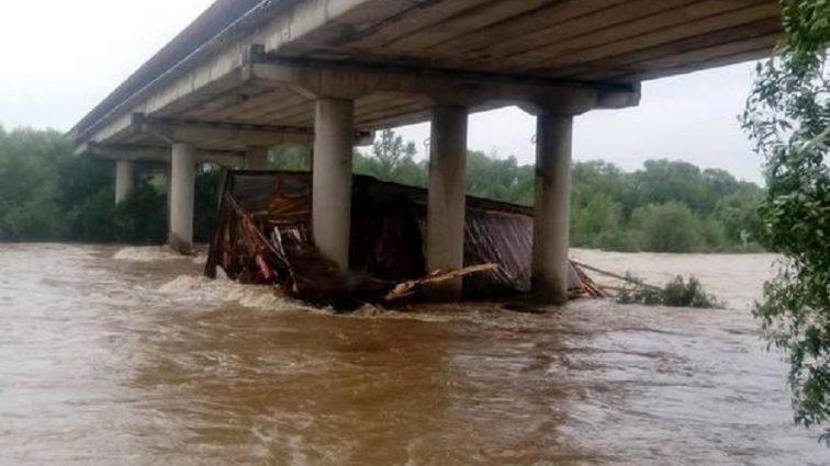 Страшные последствия непогоды в Украине: На Прикарпатье в реку смыло ресторан