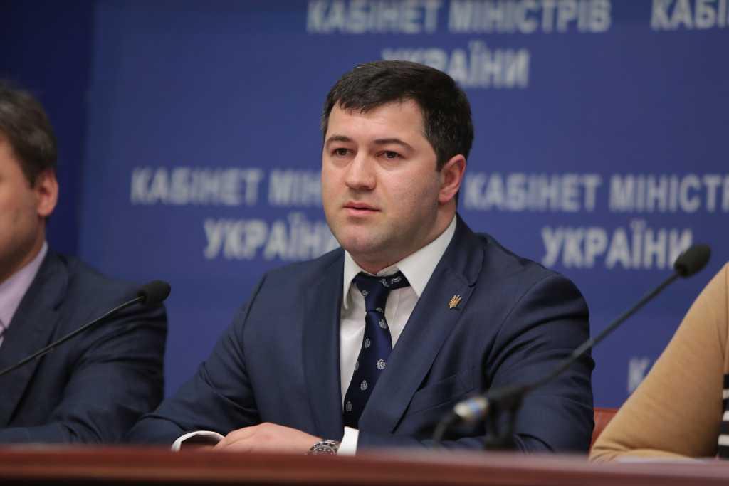 «В уютном ресторане распивает вино с начальницей налоговой»: В сети появились провокационные фото Насирова