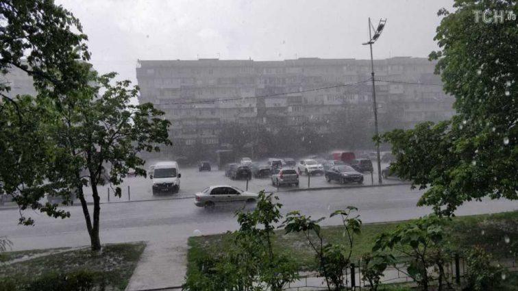Мощный ливень накрыл столицу: машины плавали по затопленным улицам (ФОТО)