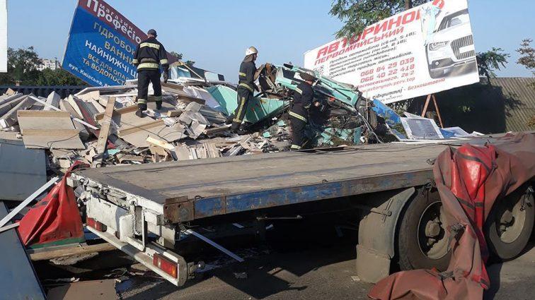 Страшная смерть на Николаевщине: Грузовик на скорости врезалась дом и засыпала стройматериалами пешехода